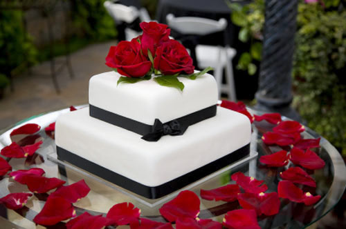 Red roses will make your black and white wedding cake stand out.